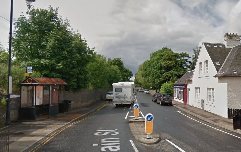 Disruption through Longniddry as work on wall takes place